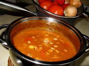kociołek z zupą gulaszową
